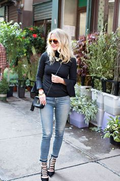 Love how simple, yet chic this look is! Wardrobe basics like a black shirt, cropped skinny jeans and heels, taken up a few notches. - Total Street Style Looks And Fashion Outfit Ideas Wardrobe Basics, Capsule Wardrobe, Casual Chic, Busbee Style, Effortless Chic, Cropped Skinny Jeans, Street Style Looks, Fashion Outfits, Fashion Tips