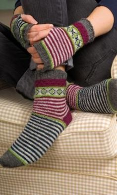 Damensocken & Handstulpen mit Jacquardmuster, 6394 Women's socks & wrist warmers with jacquard pattern, 6394 Image Size: 548 x 653 Source Crochet Socks, Crochet Gloves, Knit Mittens, Knitting Socks, Hand Knitting, Knitting Patterns, Knit Crochet, Crochet Patterns, Knitting Machine