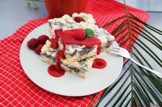 Blechkuchen ist einfach, lecker und der Hit bei jedem Geburtstag oder Party! Ich habe eine Variante mit Quark-Mohn-Füllung mit Himbeeren und Streuseln gebacken.