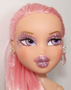 Cupcake pink saran hair, pink glitter, pink and lilac rhinestones. I would never of dared create something so pink and sparkly but Pinky Bratz sent a great reference picture to work from and Pink Leah was born. Night Aesthetic, Pink Aesthetic, Bratz Doll Makeup, Bratz Girls, Brat Doll, Retro, Pose, Look Vintage, Everything Pink
