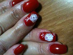 Unghie rosse con rosa in acrilico bianco in rilievo