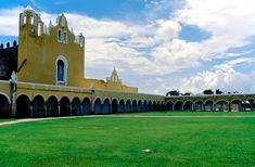 Izamal Convento - Yucatán - Wikipedia Medicine, Tropical, Mansions, House Styles, Home, Manor Houses, Villas, Ad Home, Mansion