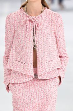 Chanel at Paris Fashion Week Spring 2016 - Chanel Clothes - Trending Chanel Clothes - Chanel at Paris Spring 2016 (Details) Chanel Fashion, Pink Fashion, Paris Fashion, Fashion Outfits, Womens Fashion, Fashion Trends, Chanel Couture, Mode Chanel, Chanel Paris