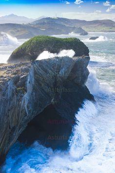 Cristo de Borizu, en la península de  Borizu, Celorio . Solo es visible con días de mar de fondo. Dentro de del Paisaje Protegido de la Costa Oriental.
