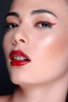 Meu trabalho em maquiagem monocromática  em tons de vermelho. Pele iluminada, delineador, batom e gloss vermelho.