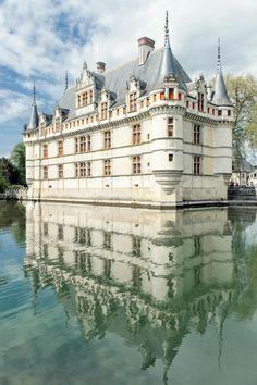 Reflections dans la rivière de l'Indre du château d'Azay-le-Rideau (Indre-et-Loire), dont la restauration de style Renaissance a été conduite au début du XVIème siècle par Philippe Lesbahy, épouse du propriétaire d'alors Gilles Berthelot, par ailleurs Maire de Tours et trésorier des finances royales sous François 1er.