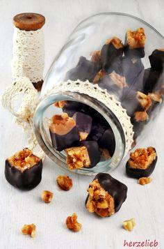 Caramel selbstgemacht, bedeckt mit Walnuss-Crunch und mit Schokolade überzogen…