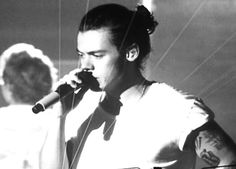 "Harry Styles WWAArizona someone had a poster that said ""that man bun tho"" lmao"