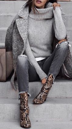 Outfit fall Love this minimalist outfit with attention focused on awesome snake pattern ankl. Love this minimalist outfit with attention focused on awesome snake pattern ankle boots. Fashion Mode, Look Fashion, Trendy Fashion, Womens Fashion, Trendy Style, Fashion Fall, Ladies Fashion, Feminine Fashion, Fashion 2016