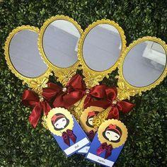 Boa tarde ❤️. Espelho Plastico dourado, ótima opção como lembrança para a festa…