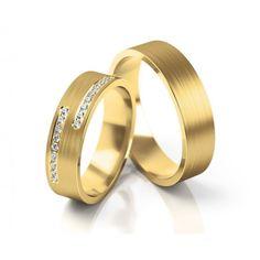 Wunderschöne 5,3 mm breite Eheringe in Gelbgold mit einer längsmattierten Oberfläche und 18 strahlend schönen Brillanten im Damenring.