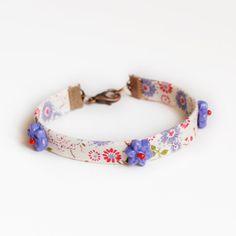 bracelet liberty blanc lavande mauve fuchsia, perles en forme de fleurs en pâte polymère