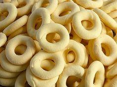 Receita Biscoito de leite Moça 1 lata de leite condensado 200 g de manteiga ou margarina 500 g de maisena 1/2 colher de pó royal