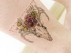 Tatuaje del esqueleto de la cabeza de un ciervo situado sobre el...