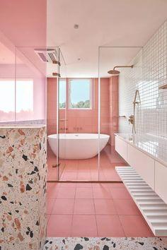 Décor do dia: banheiro rosa tem meia parede de terrazzo e ladrilhos branco