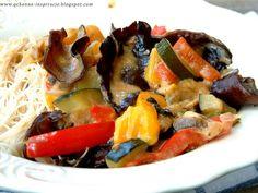 warzywa z grzybkami mun, kolendrą, mlekiem kokosowym i makaronem ryżowym