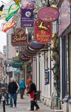 Rue de Baude, Quebec City, Canada. Nommée en l'honneur de Louis de Buade de Frontenac, elle reçoit son nom dès 16732. Elle est située dans le quartier latin entre l'Hôtel-de-Ville de Québec et la basilique-cathédrale Notre-Dame de Québec.