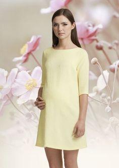 Precioso vestido LAURA color amarillo con detalles en relieve en todo el vestido.