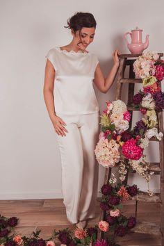 Ensemble pantalon de mariée à porter avec un top en satin et dentelle. Cette tenue est réalisée sur mesure dans la boutique de robe de mariée à Lyon.