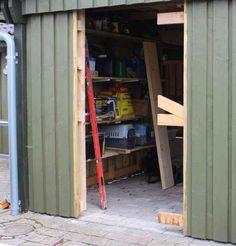 Løsholte og skrå afstivning skåret over for dør til skur Diy Garage, Diy Door, Diy Woodworking, Tall Cabinet Storage, Rv, Architecture, Furniture, Home Decor, Projects
