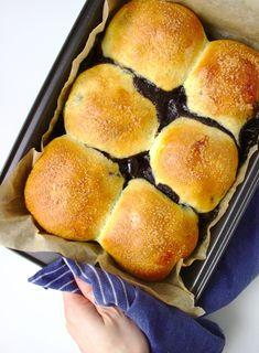 Bułeczki drożdżowe z wiśniami i czekoladą | Słodkie Gotowanie Hot Dog Buns, Hot Dogs, Bread, Cakes, Food, Cake Makers, Brot, Kuchen, Essen