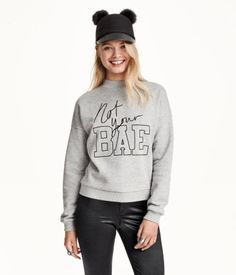 Soft sweatshirt with dropped shoulders and long sleeves. Wide ribbing at neckline.