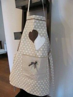 APRON - Cucito country: idee per la cucina - My site Retro Apron, Aprons Vintage, Fabric Crafts, Sewing Crafts, Sewing Projects, Diy Crafts, Sewing Aprons, Sewing Clothes, Homemade Aprons