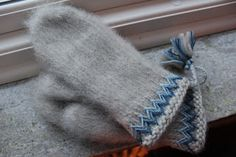Modern interpretation of Swedish traditional Lovikka mittens Mittens Pattern, Knit Mittens, Knitted Gloves, Wrist Warmers, Hand Warmers, Knitting Needles, Baby Knitting, Knitting Projects, Knitting Patterns