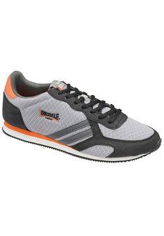 Sein dynamisches Design macht diesen Herren-Sneaker von Lonsdale zu einem topmodischen Begleiter für die Freizeit. Dabei ist er super gemütlich und aus äußerst leichtem Material hergestellt. Der Blickfang des Schuhs ist die coole Kombination aus aufgenähten Streifen und dem bekannten Lonsdale Logo an der Außenseite. Lonsdale ist die bekannte Sport- und Fashionmarke, deren Wurzeln vor allem im B...