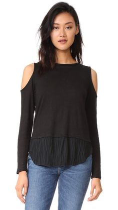 ¡Consigue este tipo de top hombros descubiertos de Generation Love ahora! Haz clic para ver los detalles. Envíos gratis a toda España. Generation Love Talulah Pleated Cold Shoulder Top: Slubbed linen jersey lends effortless drape to this Generation Love tee. A slinky, crinkled panel pours from the hem, and the long sleeves have cutout shoulders. Banded neckline. Fabric: Slubbed jersey. Shell: 100% linen. Trim: 100% polyester. Hand wash or dry clean. Made in the USA. Measurements Length…