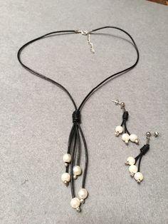 collar y pendientes a juego con cuero y perlas de rio Diseño Sonia de la Torre https://www.facebook.com/TOCADORDEMACA/photos/pcb.860941067384516/860935134051776/?type=3
