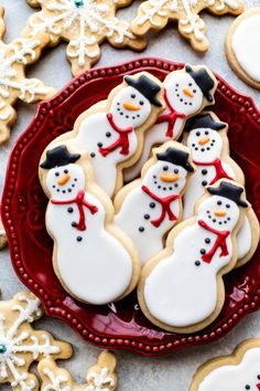 Learn how to make adorable snowman and snowflake sugar cookies with royal icing!… Learn how to make adorable snowman and snowflake sugar cookies with royal icing! Christmas cookies recipe on sallysbakingaddic… Sugar Cookie Recipe For Decorating, Christmas Sugar Cookie Recipe, Cute Christmas Cookies, Best Sugar Cookie Recipe, Best Sugar Cookies, Holiday Cookies, Christmas Desserts, Christmas Baking, Cookie Decorating