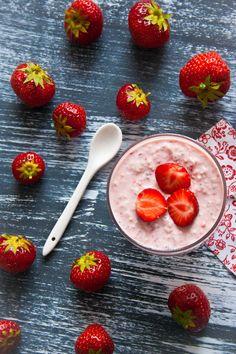 Havermout met aardbeien ontbijt recept Raw Breakfast, Strawberry Breakfast, Breakfast Recipes, Healthy Dishes, Healthy Dinner Recipes, Healthy Snacks, Oatmeal Smoothies, Superfood, Food Inspiration