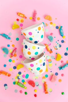 Super niedliche Idee für jede Party l Buffett Schalen l Süßigkeiten l learn now to make these super cute and easy DIY confetti candy bowls. You candy will never look cuter.