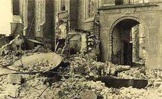 Gezicht van de Wal op ingang Nieuwe Kerk, met tussen het puin een klok van de Abdijtoren