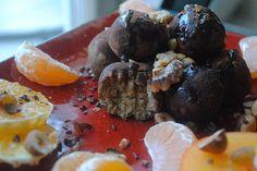 Piernikowo- pomarańczowe trufle z ciecierzycy w kakao i karobie