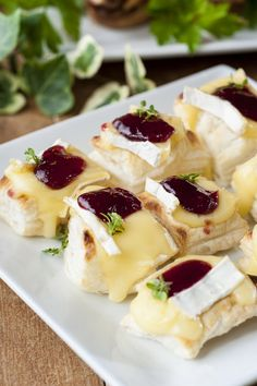 Brie And Cranberry Bites Recipe Appetizers, Lunch, Snacks with puff pastry, brie… Best Party Appetizers, Snacks Für Party, Appetizer Recipes, Lunch Snacks, Appetizer Ideas, Avacado Appetizers, Prociutto Appetizers, Mexican Appetizers, Halloween Appetizers