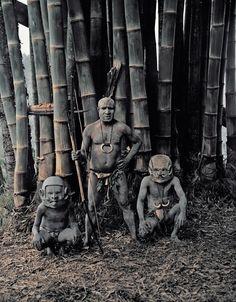 こちらもパプアニューギニア。「アサロ族」です。その特徴はなんと言ってもそのヘルメットのような仮面です。敵を威嚇するも為だとか。狩猟民族である彼らは、弓を作りそれで獲物を採っています。