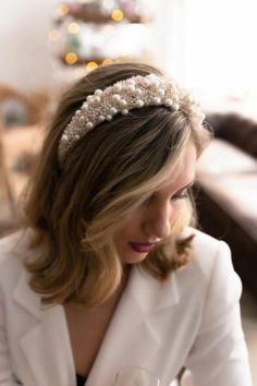One of the biggest fashion trends this autumn are headbands! This pearl headband is perfect for a modern bride who is always up-to-date with the latest fashion trends. Short Hair Updo, Short Wedding Hair, Short Hair Headband, Bride Short Hair, Wavy Hair, Hairstyles For Round Faces, Popular Hairstyles, Hairstyles 2018, Hair Scarf Styles