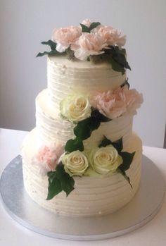 Sommerlig bryllupskake med friske blomster. Pris 3900,-