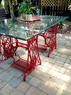 Mikor megláttam ezeket az ötleteket elővettem a régi varrógépem! Old Furniture, Paint Furniture, Repurposed Furniture, Furniture Makeover, Table Furniture, Lamp Makeover, Garden Furniture, Sewing Machine Drawers, Sewing Machine Tables