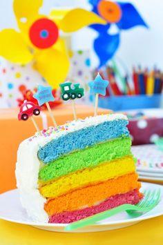 ¡Me encantó esta torta arcoiris! Se ve impactante, ¿verdad? Su presentación tan divertida ya nos conquista a través de los ojos, aunque su estupendo sabor no se queda atrás, pues es deliciosa. Si quieres probar una porción de este maravilloso pastel colorido, no lo dude