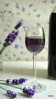 Egy nagyon gyorsan elkészíthető szirup, amit aztán sokszínűen hasznosíthatunk. Különlegessé tesz egy pohár pezsgőt vagy száraz bort, limoná... Red Wine, Alcoholic Drinks, Glass, Parties, Food, Weddings, Outfit, Fiestas, Outfits