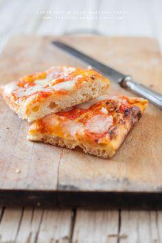 Questa pizza in teglia si realizza all'incirca in 4 orette e quindi diciamo che si può fare il pomeriggio per la cena. Il risultato è una pizza in teglia digeribile, croccante e gustosa.