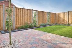 Combinatie van een houten en groene schutting Talboom Bestratingen | Schutting