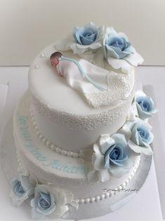Pienen pojan ristiäisjuhlaan toiveena oli valkoinen kaksikerroksinen kakku, koristeenaan kastemekkoinen vauvakoriste ja vaaleansiniset isot...