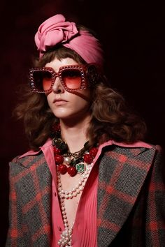 Guarda la sfilata di moda Gucci a Milano e scopri la collezione di abiti e accessori per la stagione Collezioni Primavera Estate 2017.