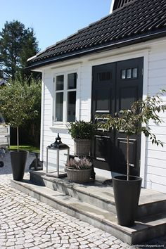 New garden modern entrance black doors 50 Ideas Outdoor Spaces, Outdoor Living, Houses Architecture, Modern Entrance, White Houses, House Colors, Exterior Design, Exterior Colors, Curb Appeal