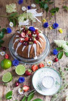Juicy Elderberry & Yogurt Cake with Fresh sweet cherries & strawberries // Saftig Fläder- & Yoghurtkaka med Färska Bigarråer & Jordgubbar