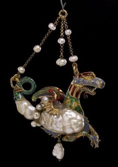 Colgante con forma de dragón de mar de oro, perlas y esmalte. España. Finales siglo 16  /////////////  Pendant jewel in the form of a sea-dragon. Spain, late 16th C. Tail and one side of the body formed of a large baroque pearl